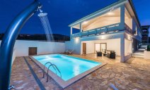 villa_more_with_pool_and_garden_1_villsy
